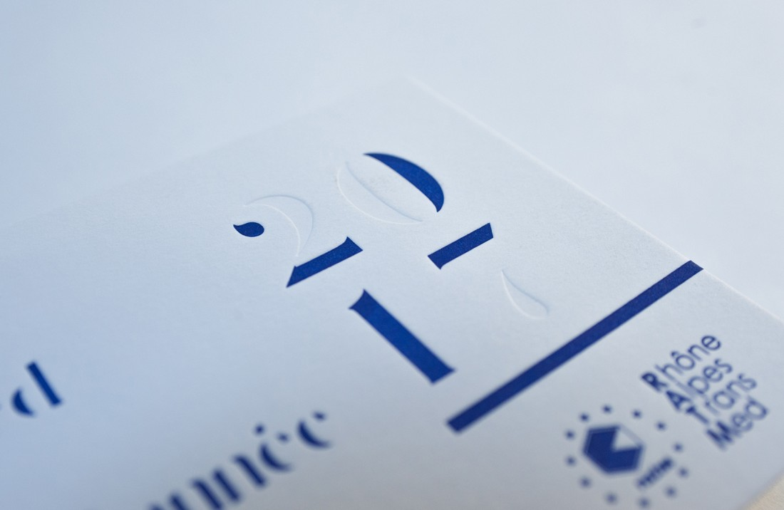Carte de voeux letterpress réalisée pour Rhône Alpes TransMed, impression une couleur plus débossage à sec.